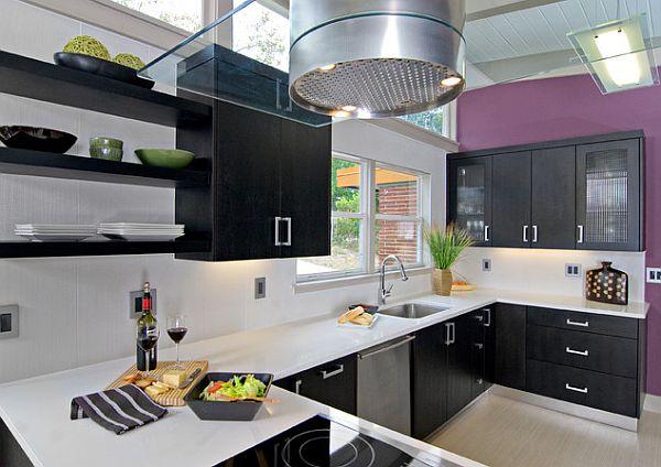 Черные кухонные шкафы на фиолетовой стене