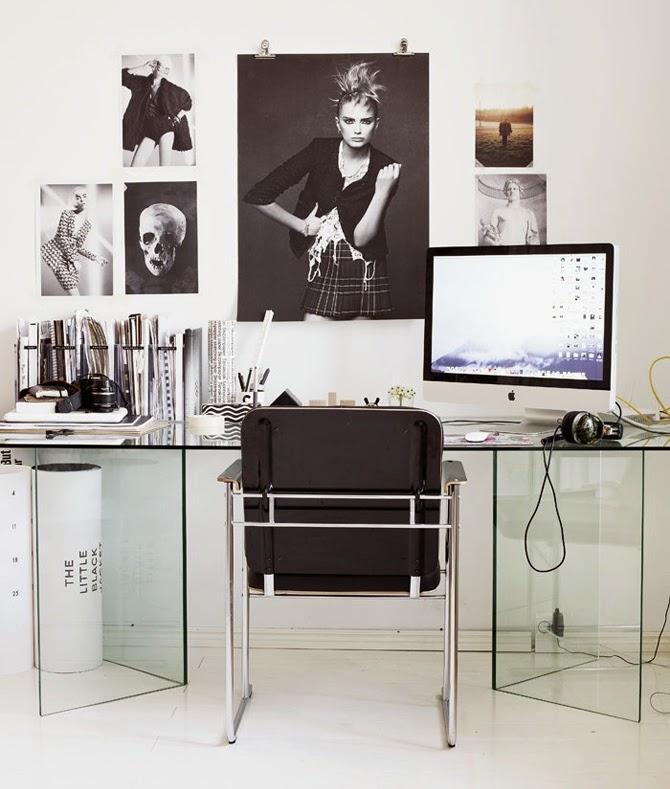 Домашний офис с прозрачным столом