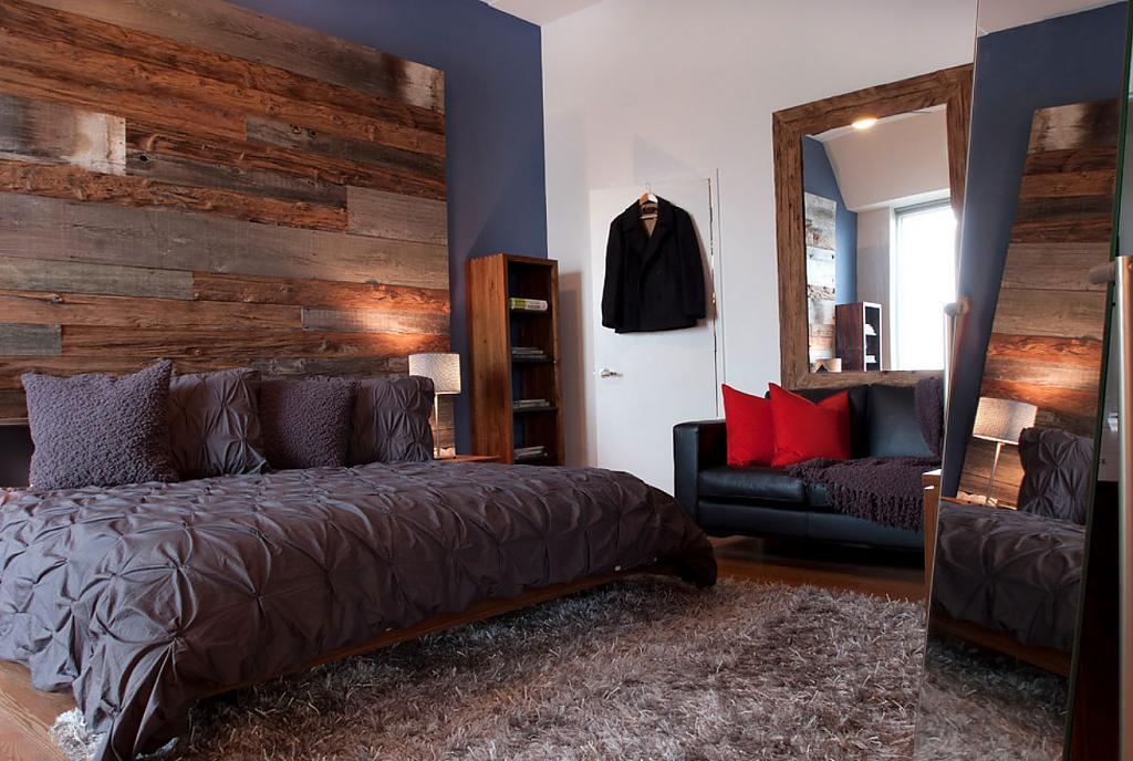 Предметы мебели из необработанного дерева в спальне