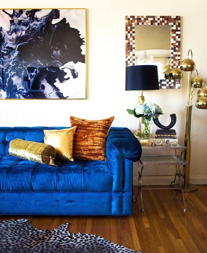 Синий диван с золотыми подушками