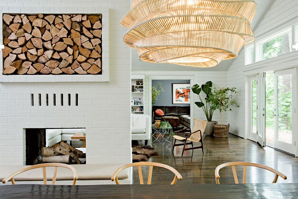 Предметы мебели из необработанного дерева в интерьере
