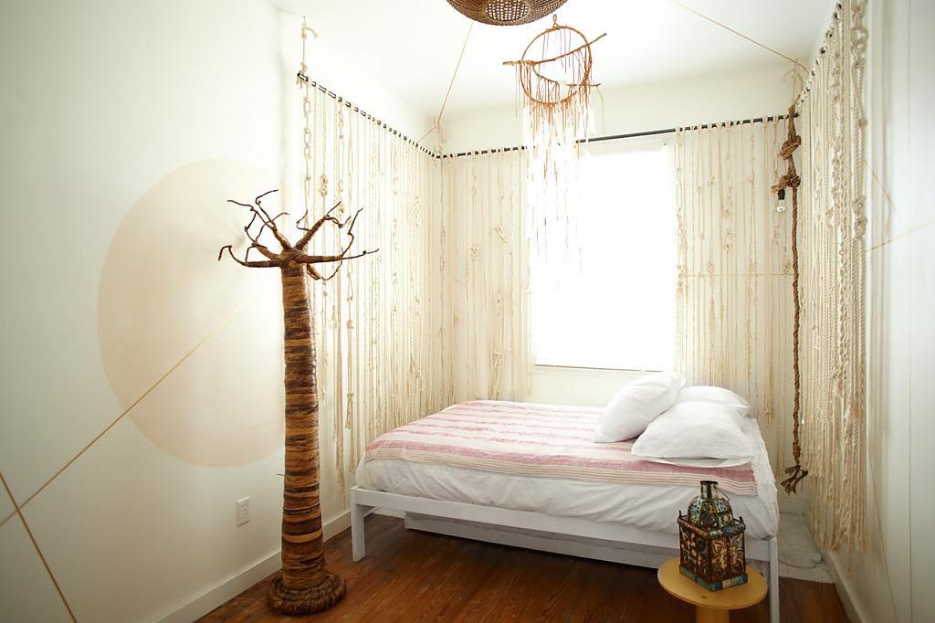 Плетеная люстра в спальне