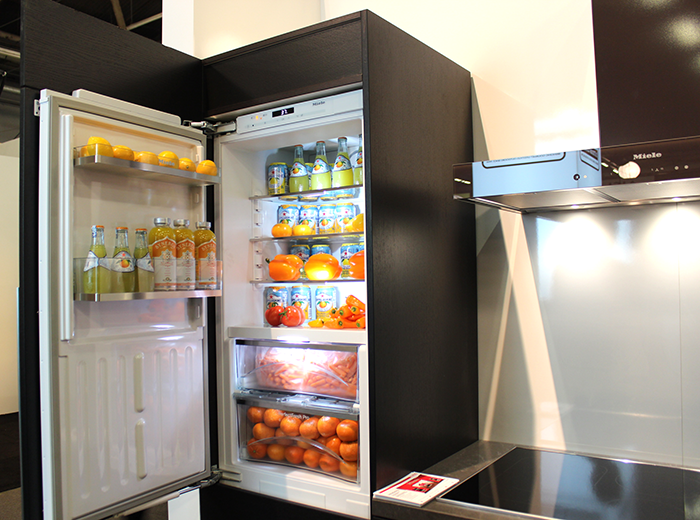 Демонстрация вместительных функциональных полок холодильника в чёрном цвете