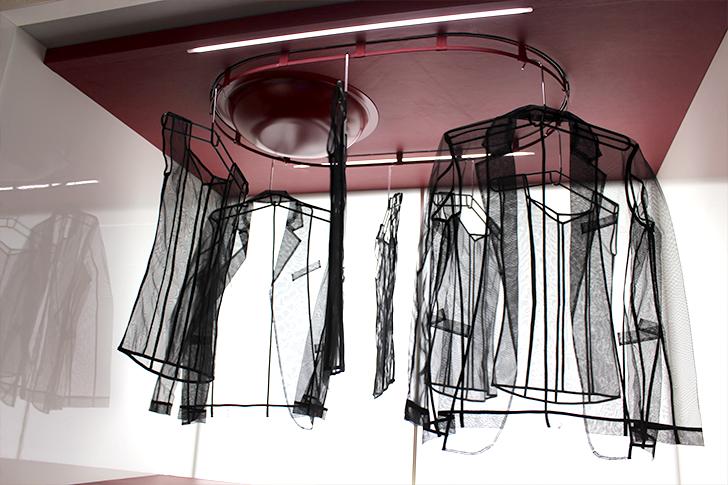 Вращающаяся конструкция с вешалками для одежды