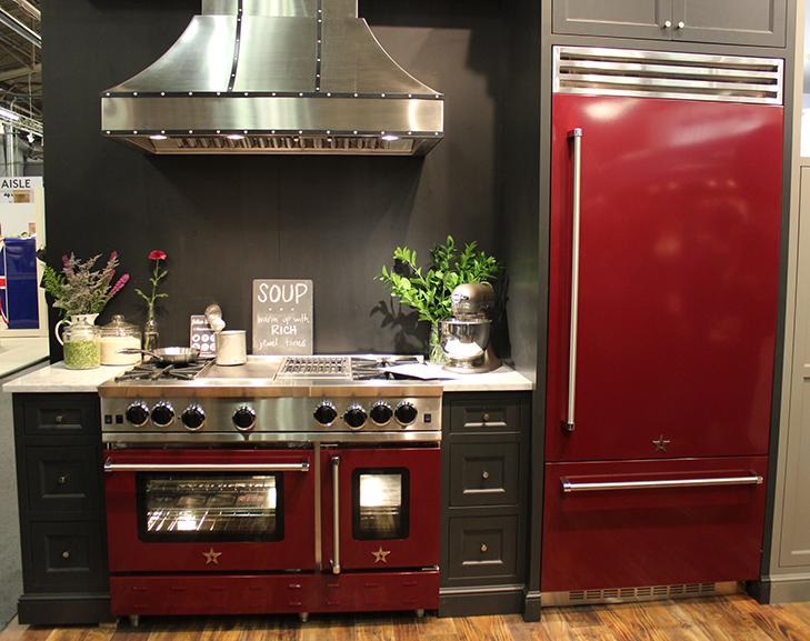 Тёмно-бордовый цвет холодильника и традиционной плиты в интерьере кухни