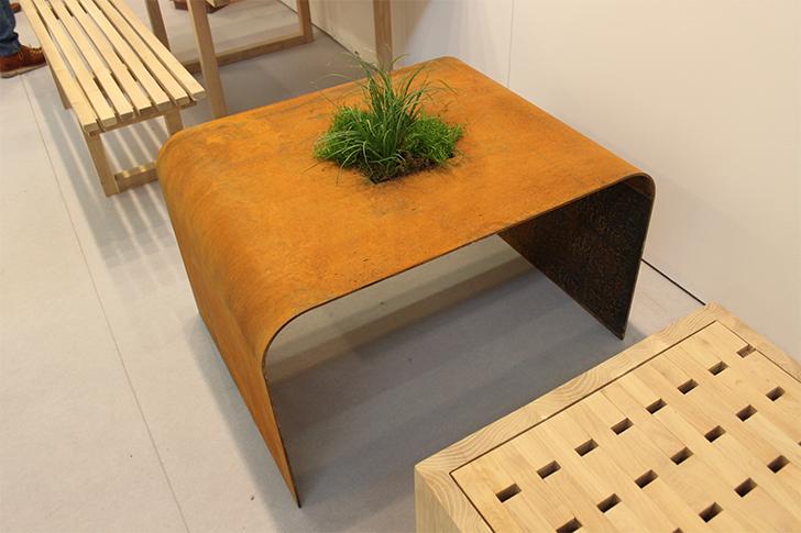 Деревянный журнальный столик, декорированный зелёным растением