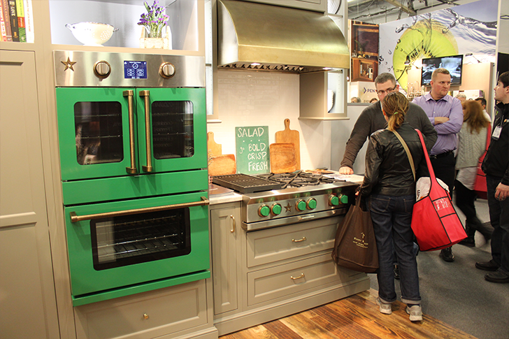 Яркий зелёный цвет в дизайне кухонного духового шкафа