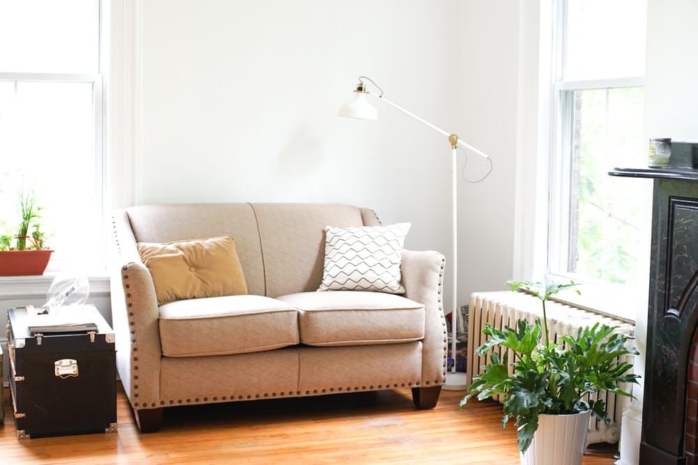 Интерьер дома в скандинавском стиле: бежевый диван