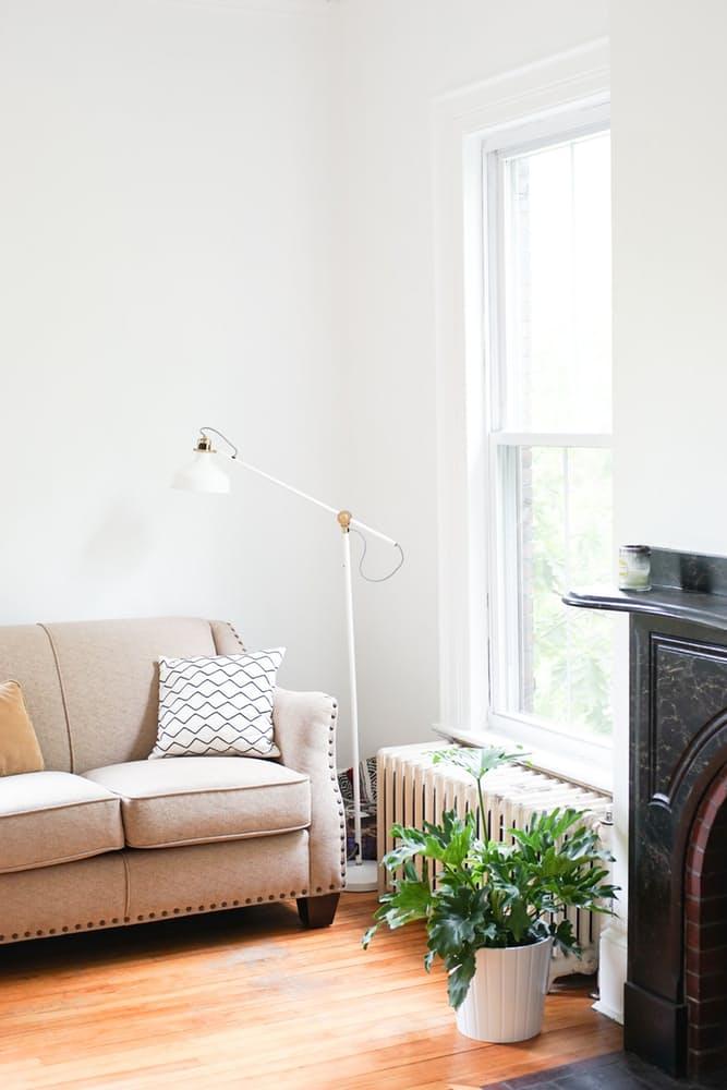 Интерьер дома в скандинавском стиле: миниатюрный торшер