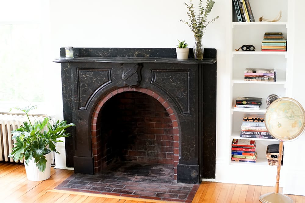 Интерьер дома в скандинавском стиле: чёрный камин