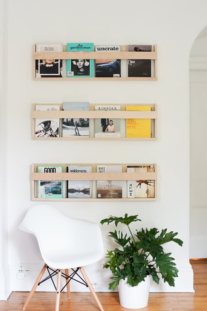 Интерьер дома в скандинавском стиле: настенная газетница