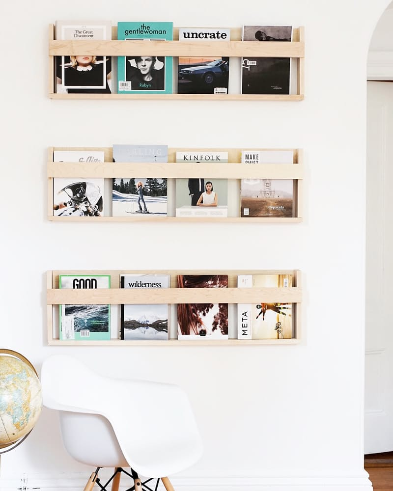 Интерьер дома в скандинавском стиле: деревянные полочки для журналов