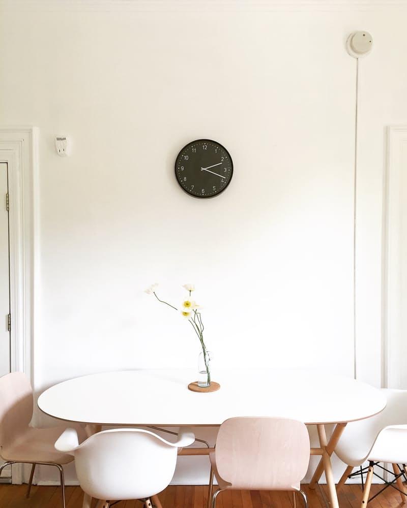 Интерьер дома в скандинавском стиле: чёрные часы на стене