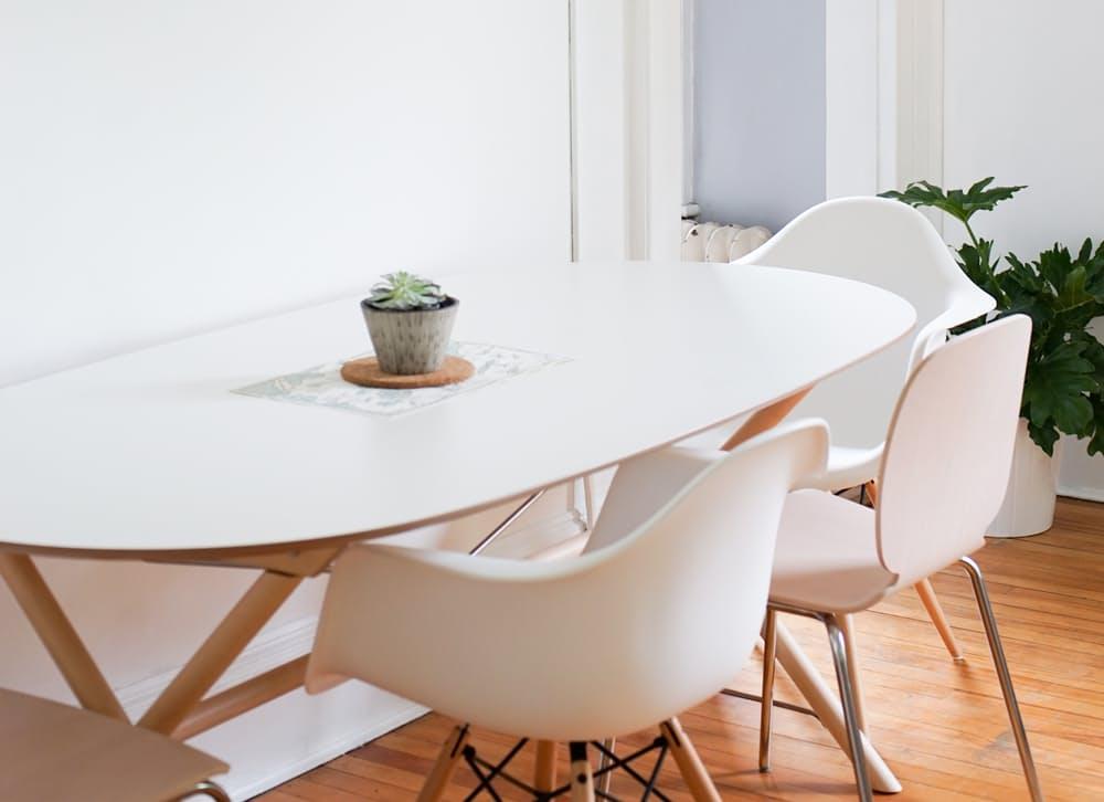 Интерьер дома в скандинавском стиле: оригинальные белые кресла