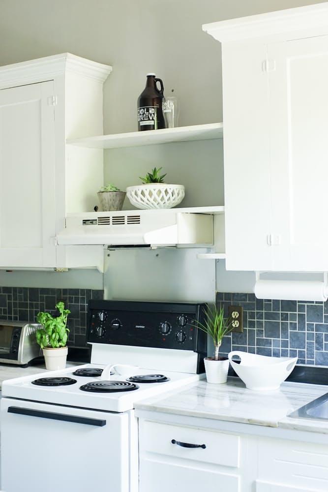 Интерьер дома в скандинавском стиле: белый кухонный гарнитур
