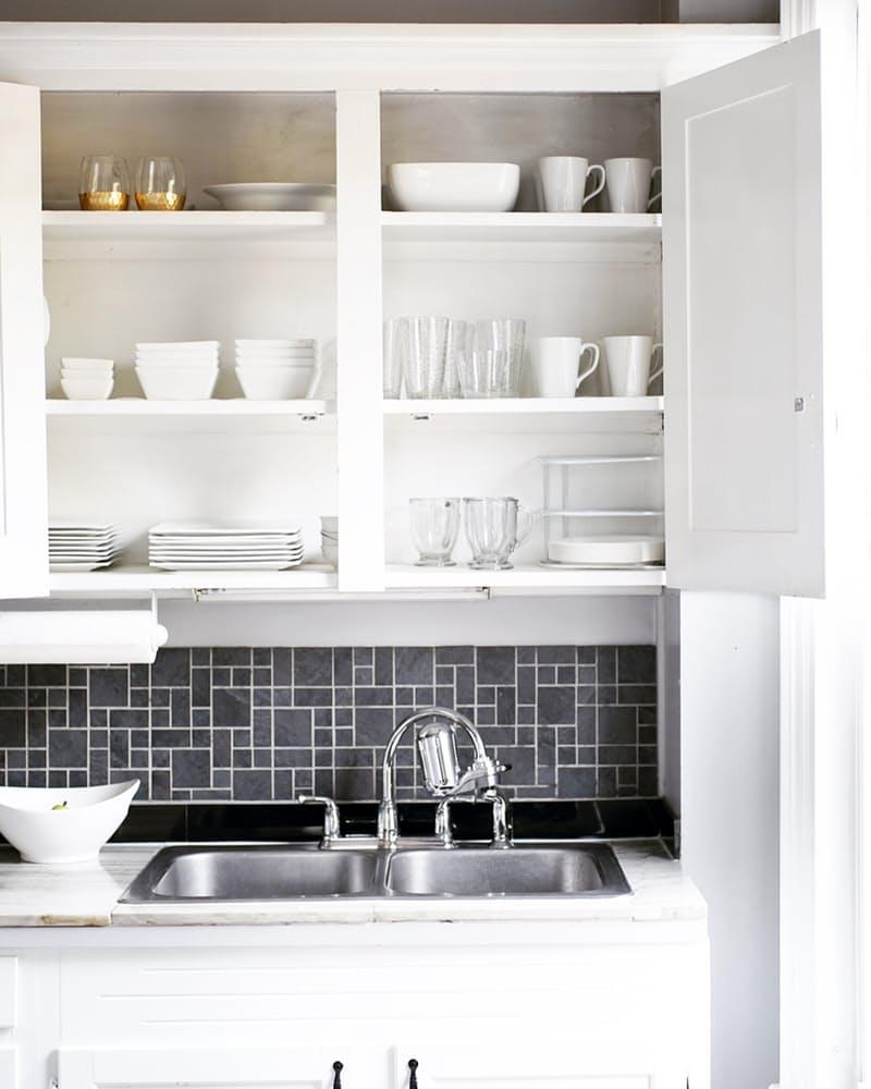 Интерьер дома в скандинавском стиле: серый кухонный фартук