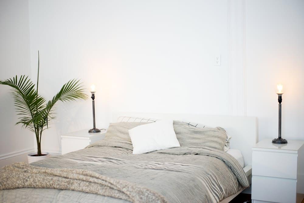 Интерьер дома в скандинавском стиле: спальня в белом цвете