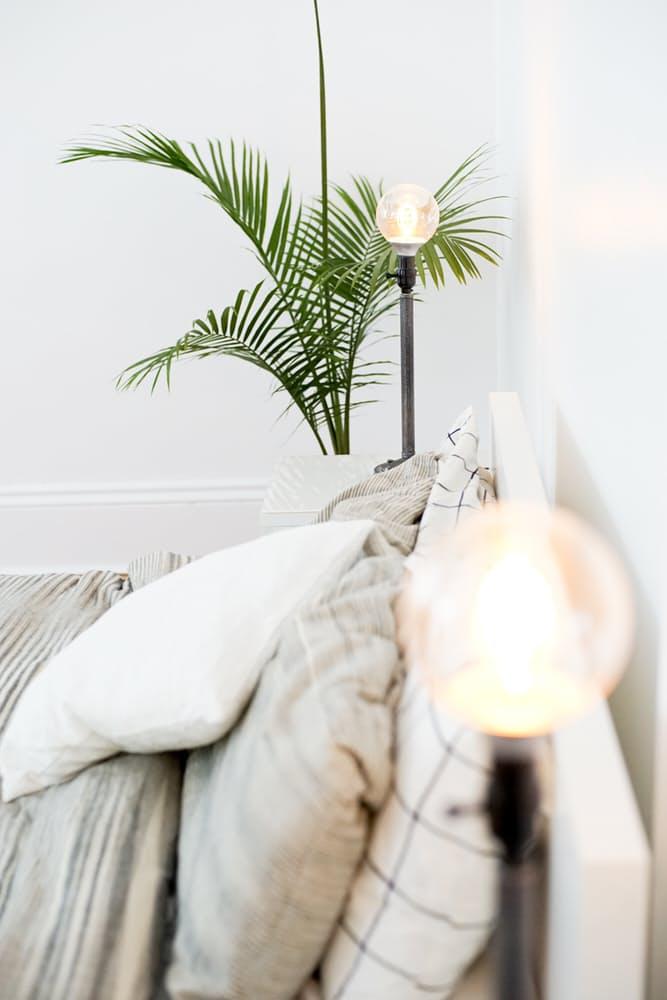 Интерьер дома в скандинавском стиле: цветы в спальне