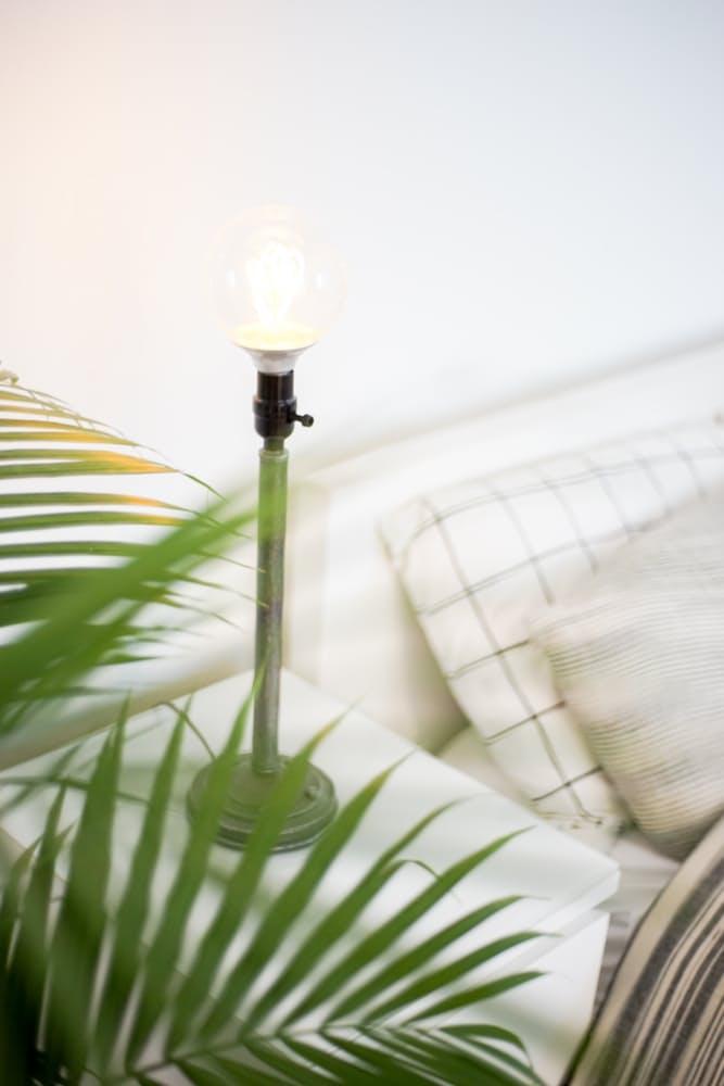 Интерьер дома в скандинавском стиле: необычные прикроватные светильники