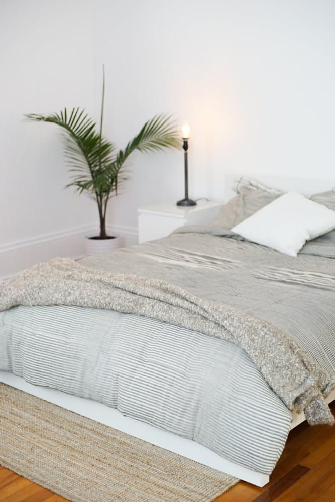 Интерьер дома в скандинавском стиле: светлых оттенков постельное