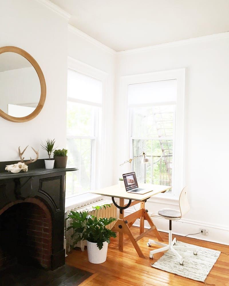 Интерьер дома в скандинавском стиле: деревянный рабочий стол