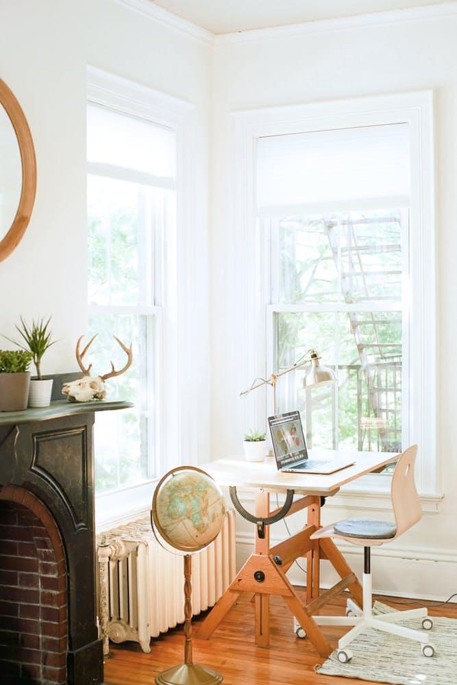 Интерьер дома в скандинавском стиле: старинный глобус