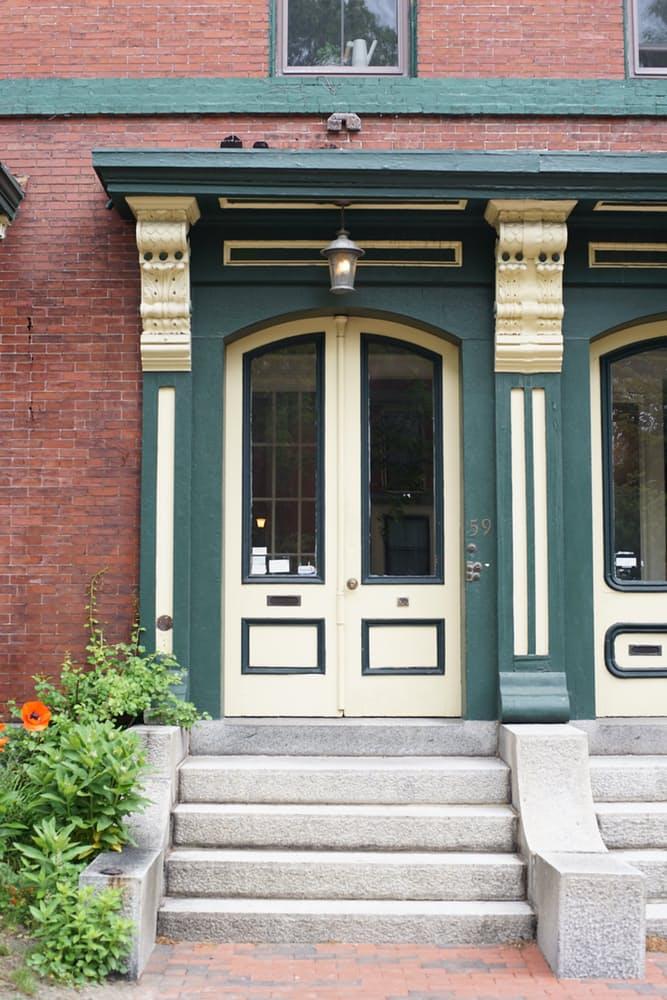 Интерьер дома в скандинавском стиле: бело-зелёные двери