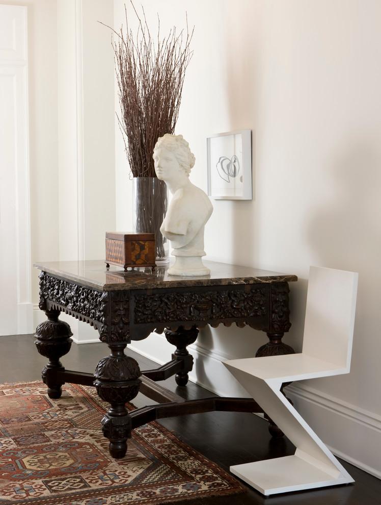 Потрясающий интерьер домов в стиле барокко - скульптура на столе