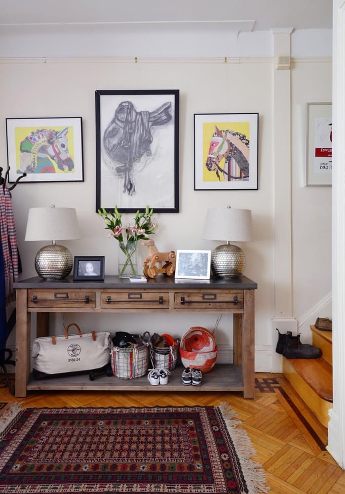Интерьер квартиры в стиле эклектика: винтажный стеллаж