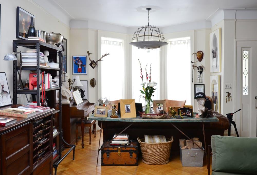 Интерьер квартиры в стиле эклектика: необычная люстра
