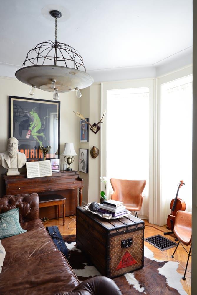 Интерьер квартиры в стиле эклектика: кожа на полу