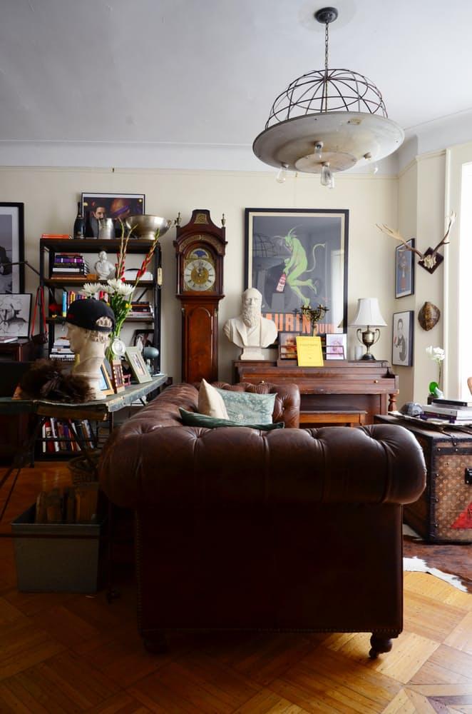 Интерьер квартиры в стиле эклектика: кожаный диван