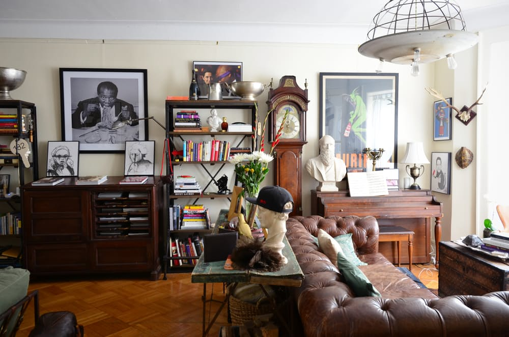Интерьер квартиры в стиле эклектика: тёмный деревянный пол