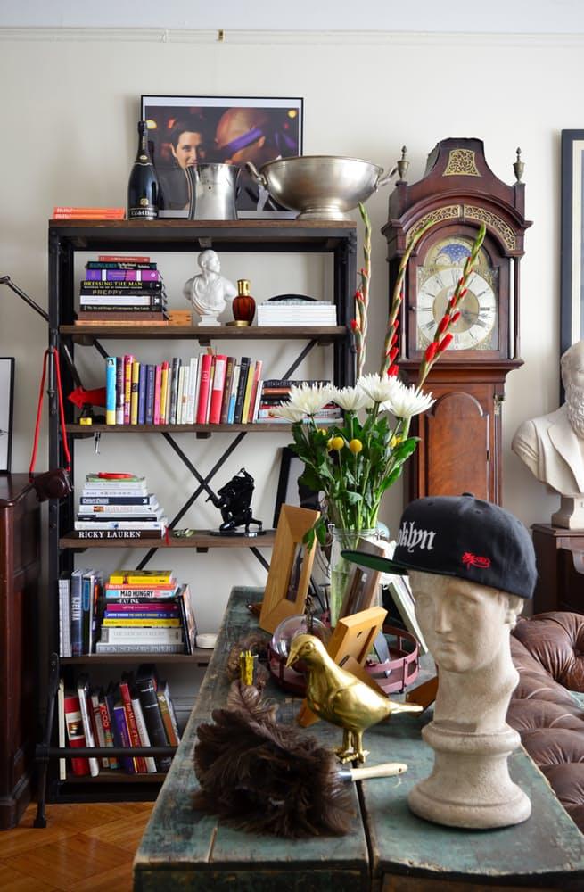 Интерьер квартиры в стиле эклектика: открытый стеллаж