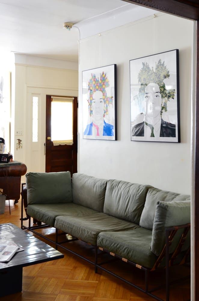 Интерьер квартиры в стиле эклектика: диван цвета хаки
