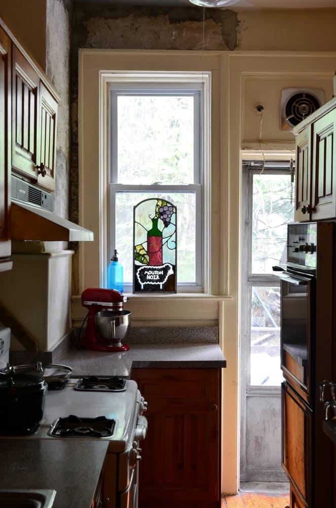 Интерьер квартиры в стиле эклектика: деревянный кухонный гарнитур