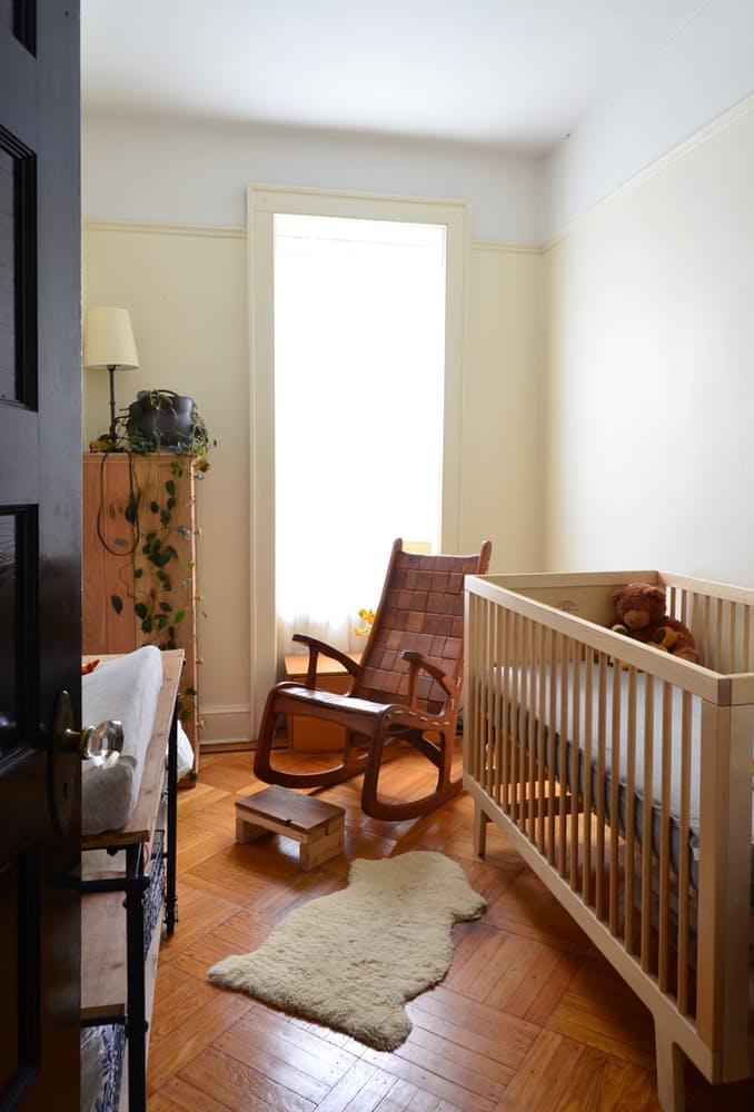 Интерьер квартиры в стиле эклектика: необычное кресло-качалка