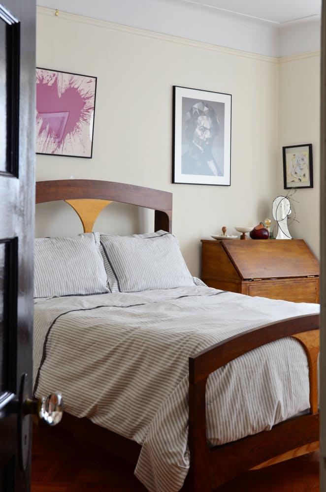 Интерьер квартиры в стиле эклектика: деревянная кровать