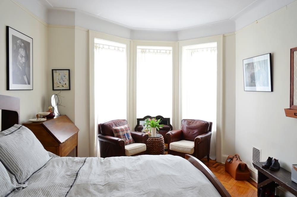 Интерьер квартиры в стиле эклектика: тёмные кожаные кресла