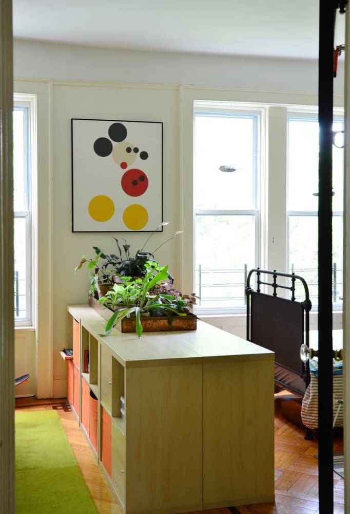 Интерьер квартиры в стиле эклектика: нежно-зелёный стеллаж в детской