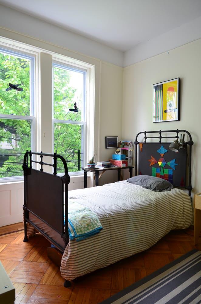 Интерьер квартиры в стиле эклектика: оригинальная кровать в детской