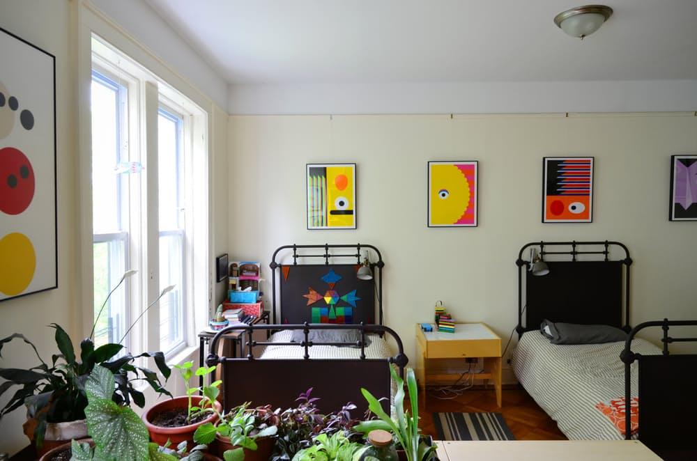 Интерьер квартиры в стиле эклектика: яркие картины в детской