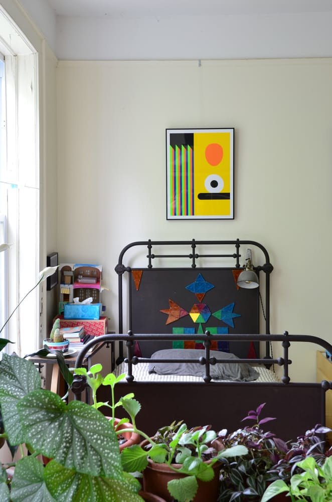 Интерьер квартиры в стиле эклектика: серая лампа над кроватью
