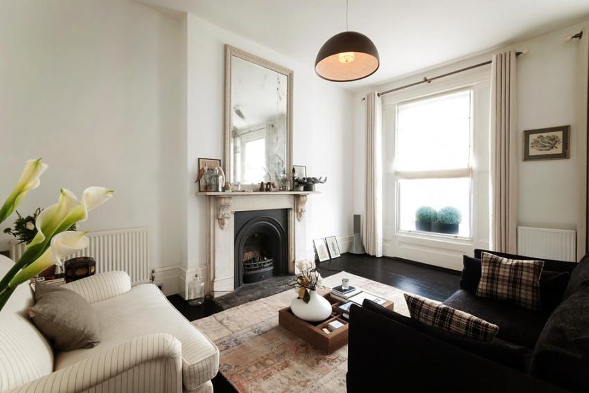 Интерьер гостиной с камином в квартире