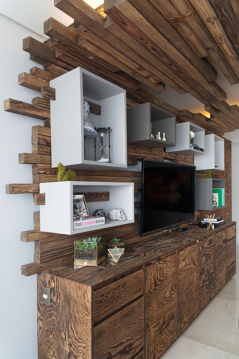 Стильный интерьер с деревянными рейками: стеллажи