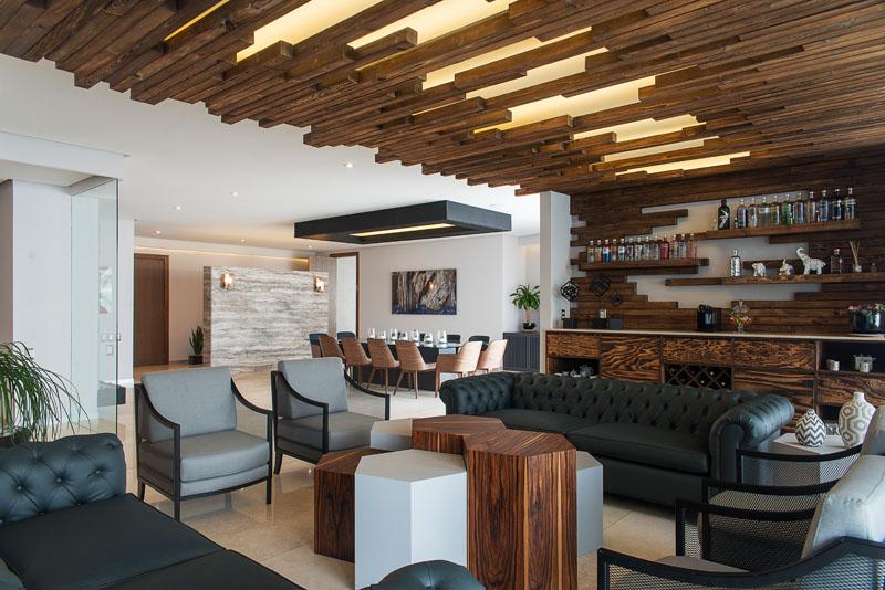 Стильный интерьер с деревянными рейками: лаунж-бар