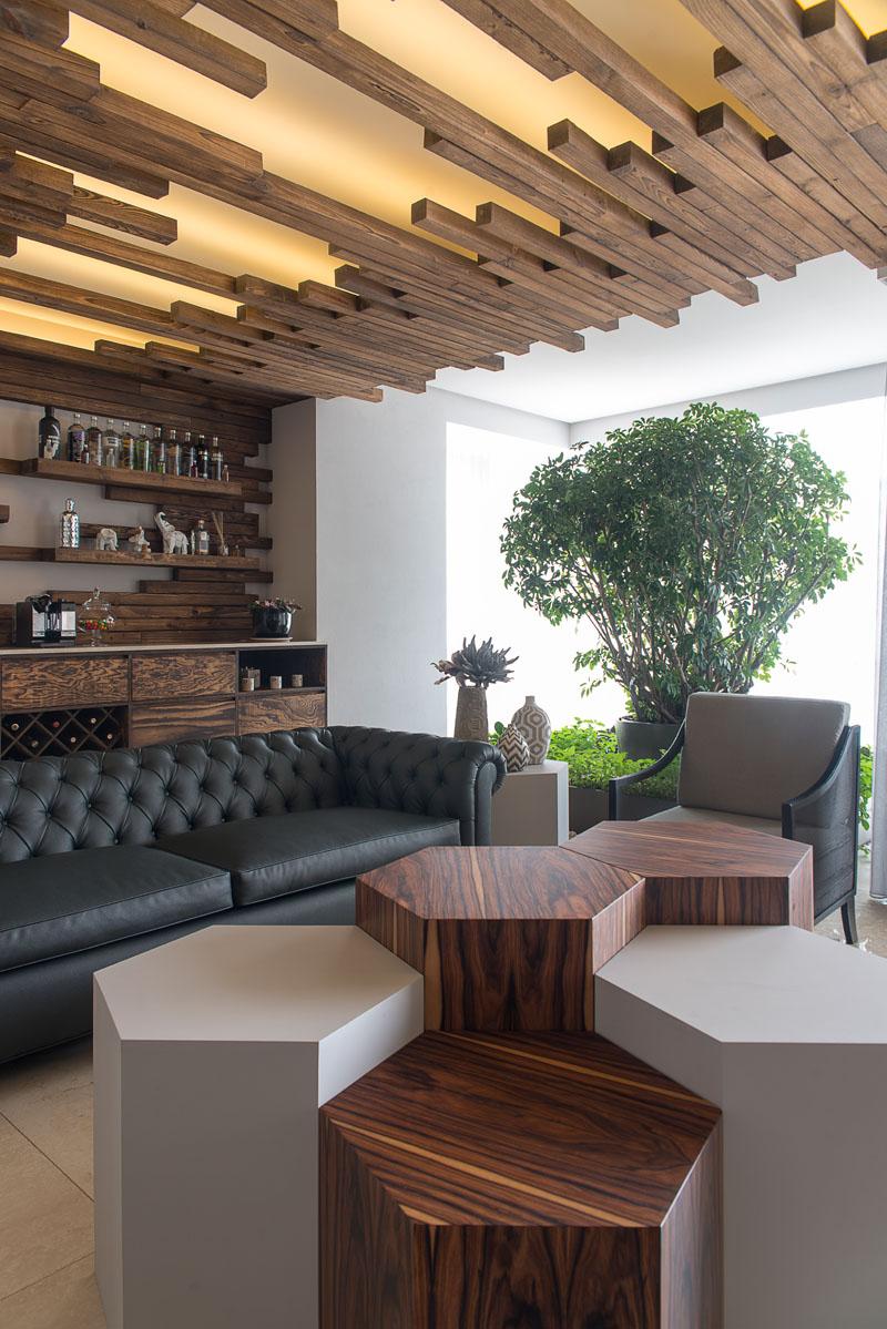 Уютный интерьер с деревянными рейками
