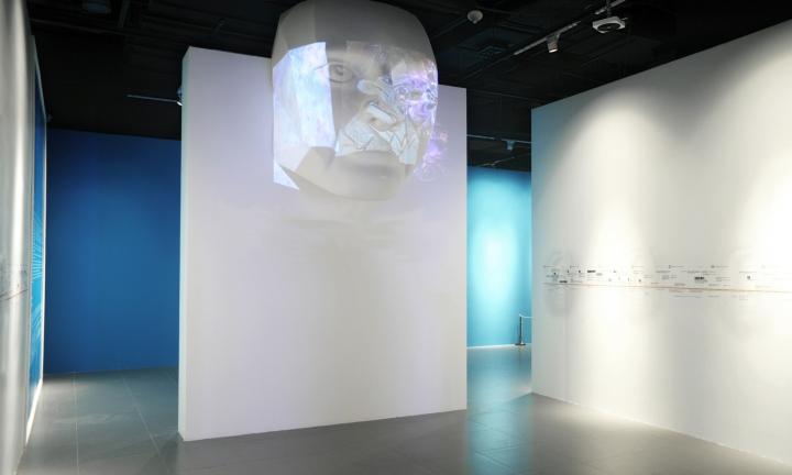 Интерьер выставки в Шанхае с инсталляцией в виде головы