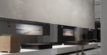 Взаимосвязь ландшафта и архитектуры представлена работами архитекторов и интерьером выставочного зала.