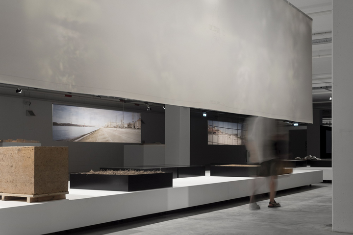 Светлый интерьер выставочного зала